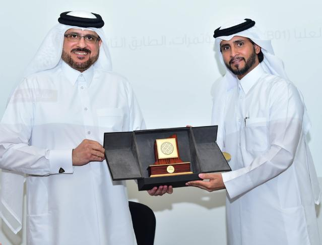 Mr Abdulla Al-Yafei presenting a commemorative plaque to Mr Jamal Jassim Al Baker
